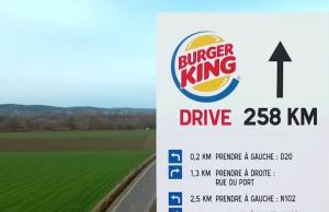 El video afirma que, si bien hay más de 1.000 McDrives en Francia, sólo hay 17 de Burger King.