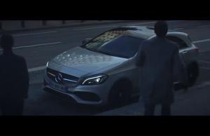El tema policíaco es el eje de este nuevo comercial de Mercedes Benz.